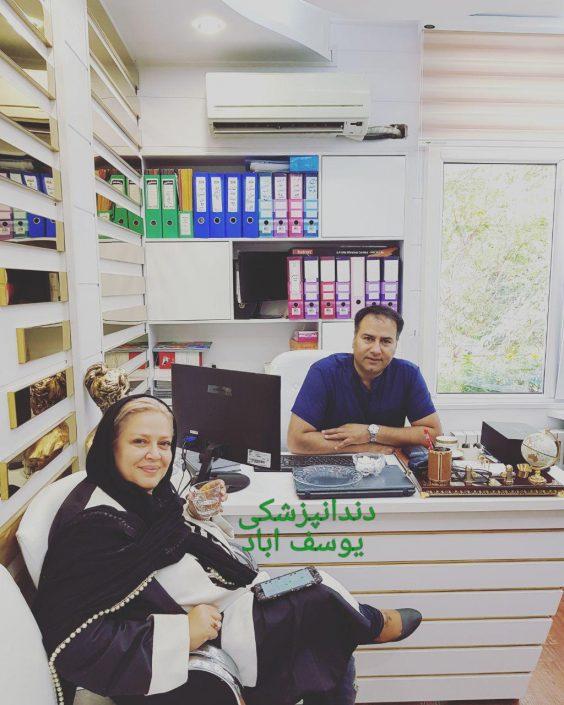 بهاره رهنما در کنار مدیر کلینیک دندانپزشکی یوسف آباد